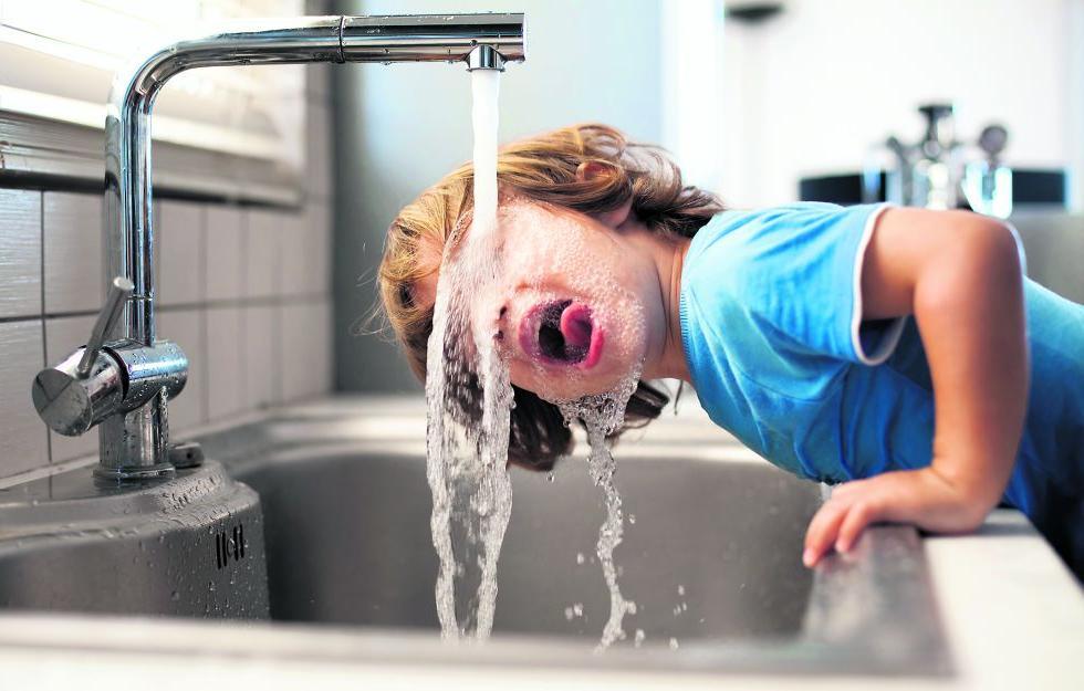 El agua del grifo de madrid entre las mejores ba era por ducha - Agua embotellada o del grifo ...