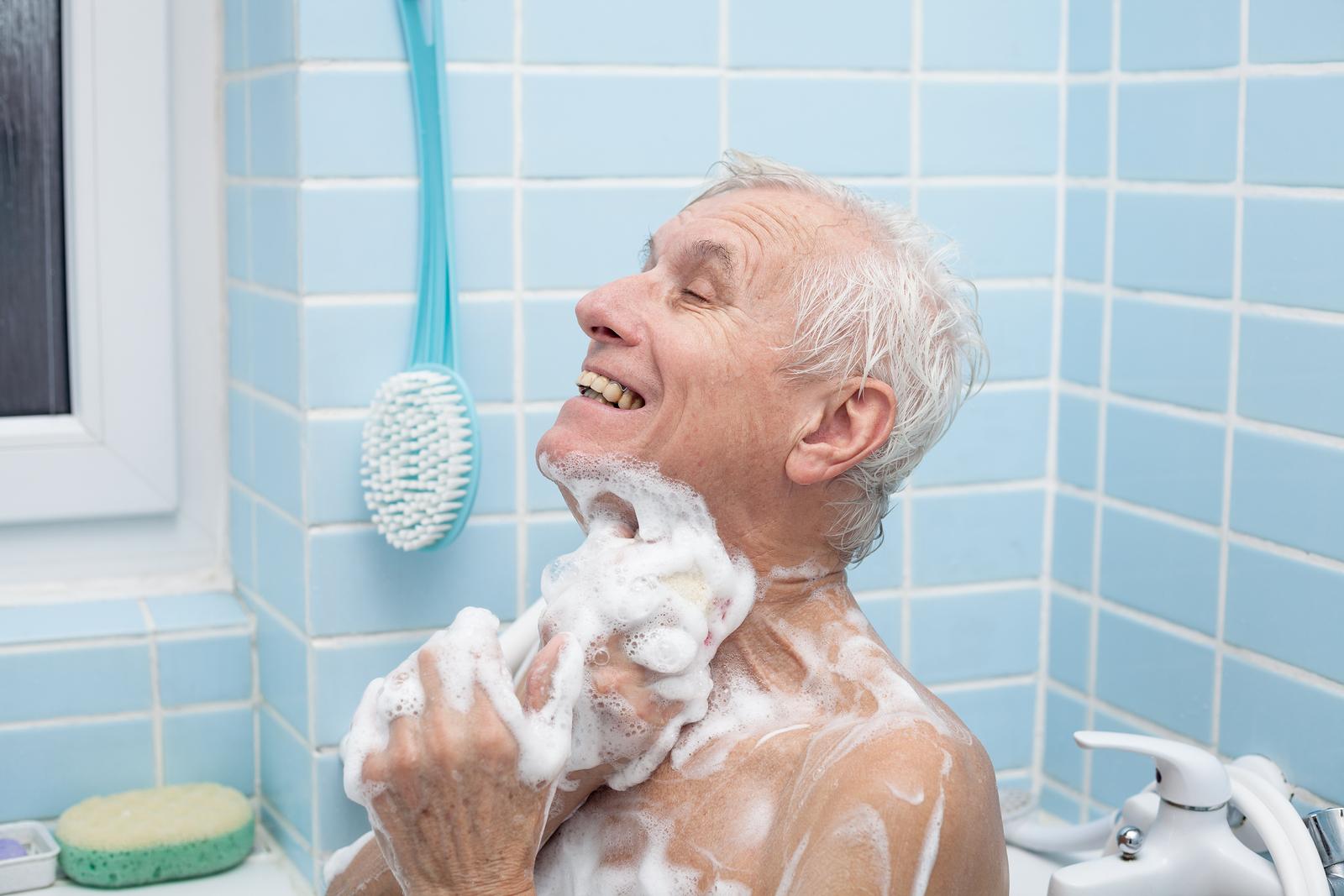 Consejos de baño, cómo adaptar duchas para personas mayores